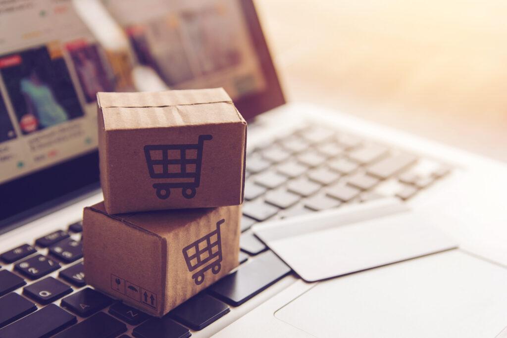 Kartony symbolizujące porzucone koszyki w sklepie internetowym