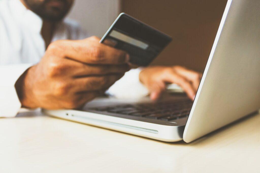 Płatność kartą w sklepie intenetowym